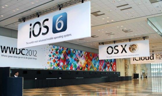 Pasillo del evento WWDC 2012 que muestra banners de iOS6 y OS X