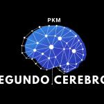 Gráfico de un cerebro azul formado por lineas y puntos entrelazados. El texto dice PKM - Segundo Cerebro